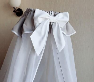 Балдахин из вуали с юбочкой из сатина и окантовкой. Длина 180 см, ширина в обхвате 600 см.
