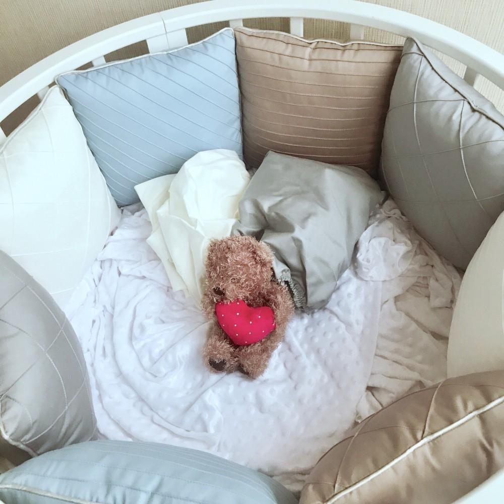 """Бортики в кроватку """"Совершенство"""" без кружева, на овальную кроватку. 12 бортиков-подушек со съемными чехлами"""