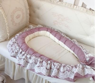 Кокон (гнездышко) из сатина с кружевом. Размер спального места ~70*30 см. Съемный, непромокаемый матрас.