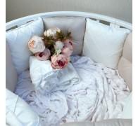"""Комплект бортиков в кроватку """"Утонченность"""" с декоративными строчками, съемными чехлами и пуговками-жемчужинами."""