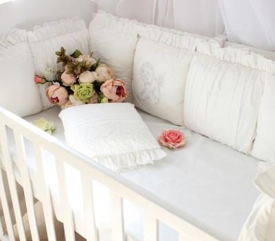 """Бортики в кроватку """"Ангел"""" с кружевом и рюшей. 12 подушек со съемными чехлами"""