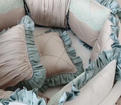 """Бортики в кроватку """"Роскошь"""" с кружевом и рюшей. 12 подушек со съемными чехлами"""