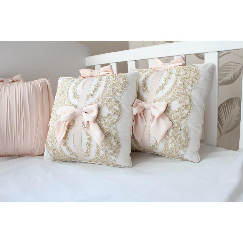 Декоративная подушка с бантиками и кружевом. Материал: 100% хлопок (сатин)