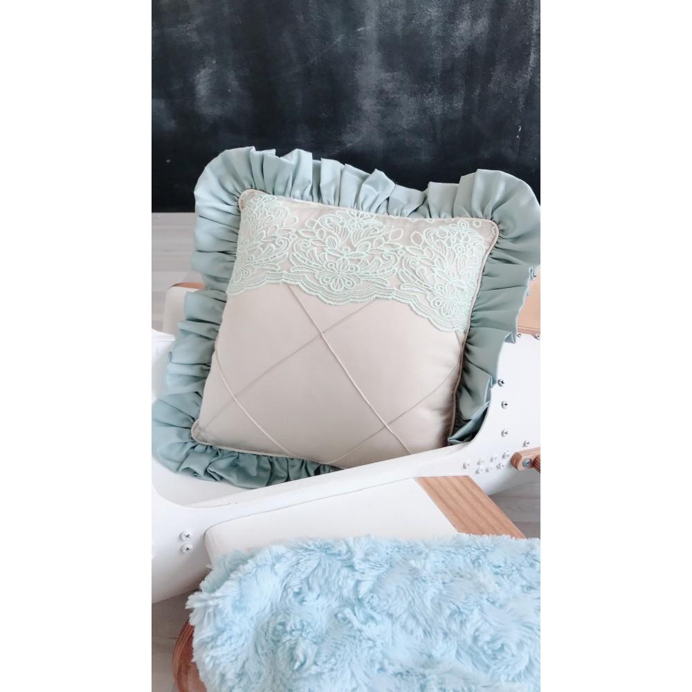 Декоративная подушка с оборкой и декоративными строчками