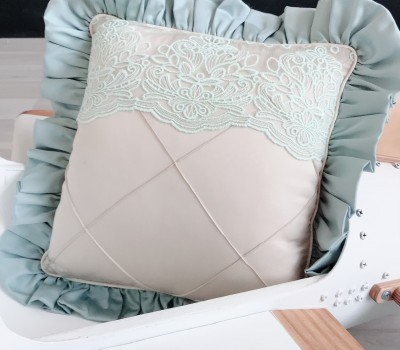 Декоративная подушка с оборкой и декоративными строчками. Материал: 100% хлопок (сатин)